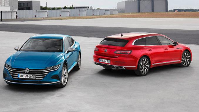 Ein blauer VW Arteon eHybrid Elegance und ein roter Arteon Shooting Brake eHybrid R-Line stehen 2020 auf einem Flughafen-Rollfeld.