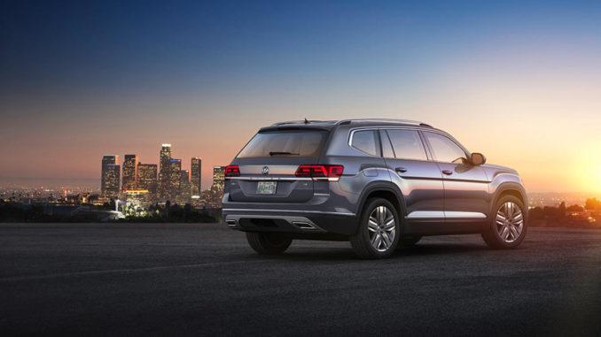 Ein grauer Volkswagen Atlas steht in den USA vor der Skyline einer Großstadt.