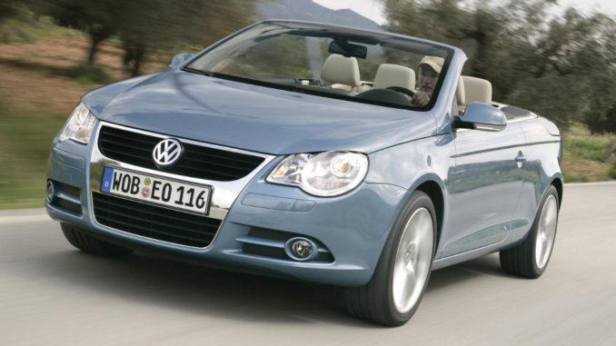 Ein blauer VW Eos fährt 2006 auf einer südeuropäischen Landstraße.