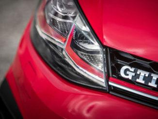 GTI-Schriftzug an einem roten VW Golf von 2017.