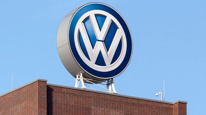 VW-Logo auf der Konzernzentrale, dem Wolfsburger Hochhaus aus Backstein