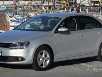 Ein silberner VW Jetta steht Anfang 2011 vor einem Hafen.