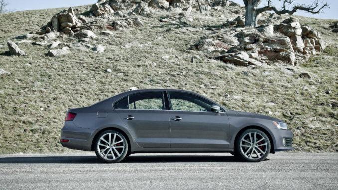 Volkswagen Jetta GLI (USA Version) in silbergrau vor Wüstenkulisse im Februar 2011.