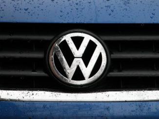 vw volkswagen logo regen nass kühlergrill chrom