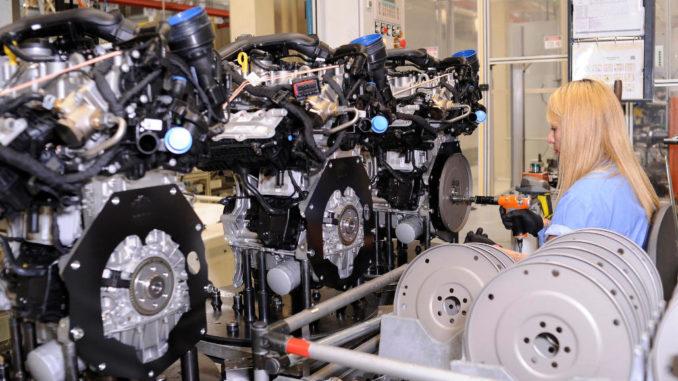 Eine Mitarbeiterin von Volkswagen do Brasil, Werk São Carlos, montiert einen EA211-Motor am Fließband.