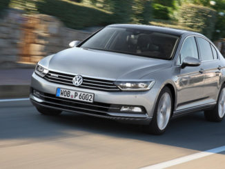 Ein silberner VW Passat 2.0 TDI Motor mit 176 kW / 240 PS; Allradantrieb 4MOTION fährt 2014 eine Landstraße entlang.
