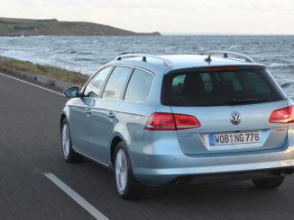Ein silberner Volkswagen Passat Variant TDI BlueMotion fährt auf einer Küstenstraße(März 2013)