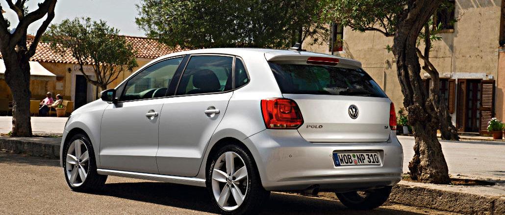 Ein silberner VW Polo steht 2009 auf einem südeuropäischem Platz.