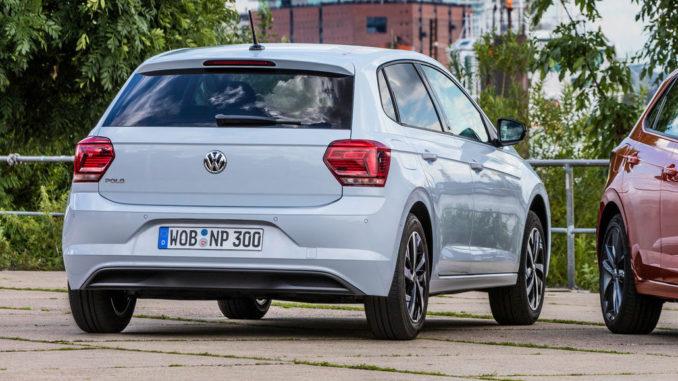 Ein weißer VW Polo VI stefeht 2017 am Hamburger Hafen.