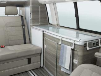 Praktische Ideen wie zum Beispiel die Halter für Handtücher und Ähnliches erleichtern den Alltag im VW T6 California.