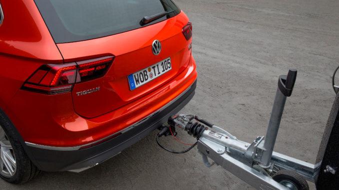 Ein roter Volkswagen Tiguan der zweiten Generation mit schwenkbare Anhängevorrichtung.