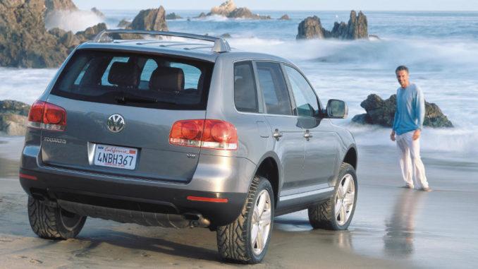 Ein grauer VW Touareg steht 2003 an einem kalifornischem Strand.