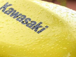 gelb motorrad regen kawasaki er-6n zyklus