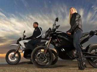 Zwei Zero Motorräder im Sonnenuntergang